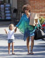 Nahla Ariela Aubry, Halle Berry - Malibu - 20-06-2012 - È arrivato l'autunno: tempo di tirar fuori il poncho!
