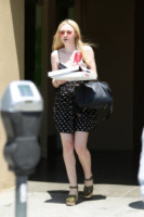 Dakota Fanning - Los Angeles - 20-06-2012 - Star come noi: pizza e Coca-Cola per Dakota Fanning