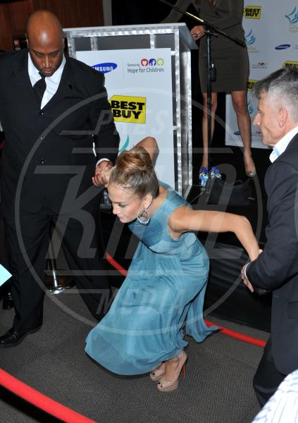 Jennifer Lopez - Los Angeles - 26-10-2011 - Star come noi: mamma che capitombolo!
