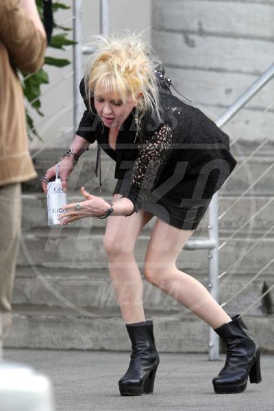 Cyndi Lauper - Los Angeles - 15-02-2011 - Star come noi: mamma che capitombolo!