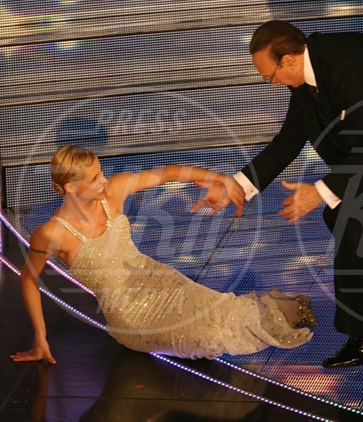 Pippo Baudo, Michelle Hunziker - Sanremo - 04-03-2007 - Star come noi: mamma che capitombolo!