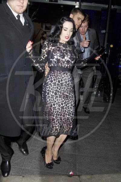 Dita Von Teese - Londra - 01-12-2011 - Attenti al gradino e non solo: i passi falsi delle star