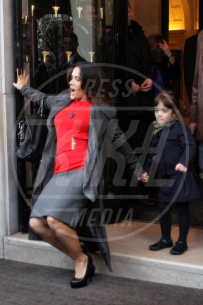 Salma Hayek - Parigi - 21-11-2011 - Star come noi: mamma che capitombolo!