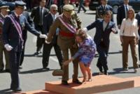 Juan Carlos  di Spagna, Sofia di Spagna - Badajoz - 30-05-2010 - Star come noi: mamma che capitombolo!