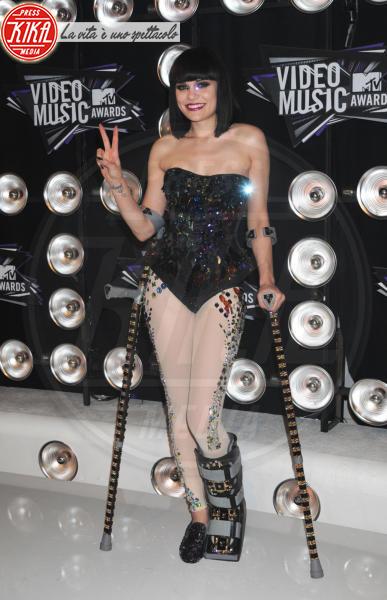 Jessie J - Los Angeles - 28-08-2011 - Bende, cerotti, gessi, la dura vita della star