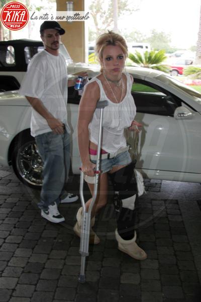 Britney Spears - Santa Monica - 17-06-2004 - Bende, cerotti, gessi, la dura vita della star