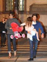 Suri Cruise, Katie Holmes, Tom Cruise - Torino - 10-11-2011 - Star come noi: neo mamme un po'...sciatte? Evviva la normalità!