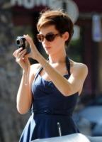 Anne Hathaway - Los Angeles - 20-09-2011 - Chi di macchina fotografica ferisce…