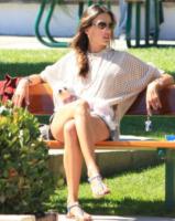 Alessandra Ambrosio - Malibu - 26-07-2012 - Star come noi: Alessandra Ambrosio gioca al parco con la figlia
