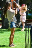 Anja Mazur, Alessandra Ambrosio - Malibu - 26-07-2012 - Star come noi: Alessandra Ambrosio gioca al parco con la figlia
