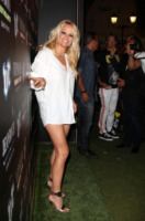 Pamela Anderson - Saint Tropez - 01-08-2012 - Pamela Anderson, sotto la camicia niente