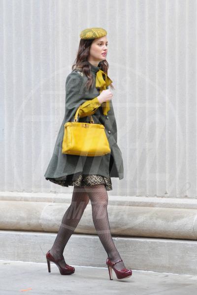 Leighton Meester - New York - 31-10-2011 - Il tocco di giallo che non guasta mai