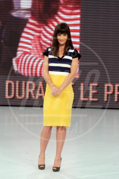 Victoria Cabello - Milano - 25-03-2012 - Il tocco di giallo che non guasta mai