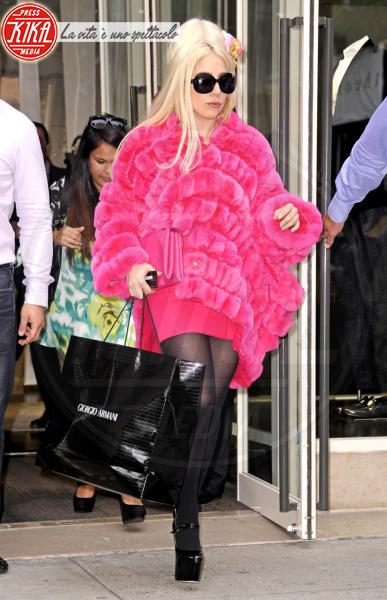 Lady Gaga - New York - 07-08-2012 - Calda e colorata: è la Venere in ecopelliccia!
