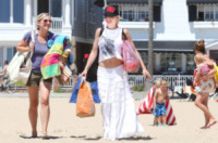 Gwen Stefani - Newport Beach - 19-08-2012 - Star come noi: Gwen Stefani porta al mare i figli