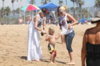Zuma Rossdale, Gwen Stefani - Newport Beach - 19-08-2012 - Star come noi: Gwen Stefani porta al mare i figli