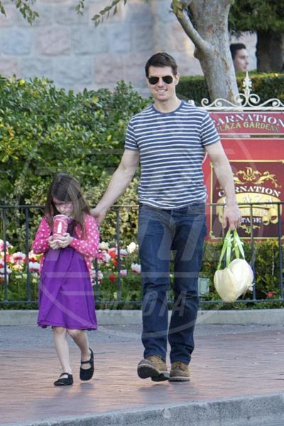 Suri Cruise, Tom Cruise - Anaheim - 25-01-2012 - Papà single:   mammi di Hollywood