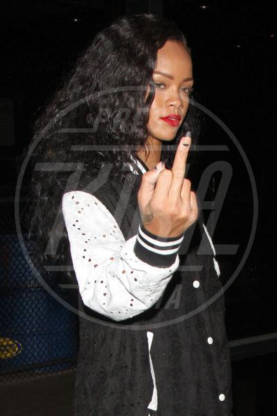 Rihanna - Los Angeles - 25-08-2012 - Dal libro delle celebrities: il comandamento del dito medio