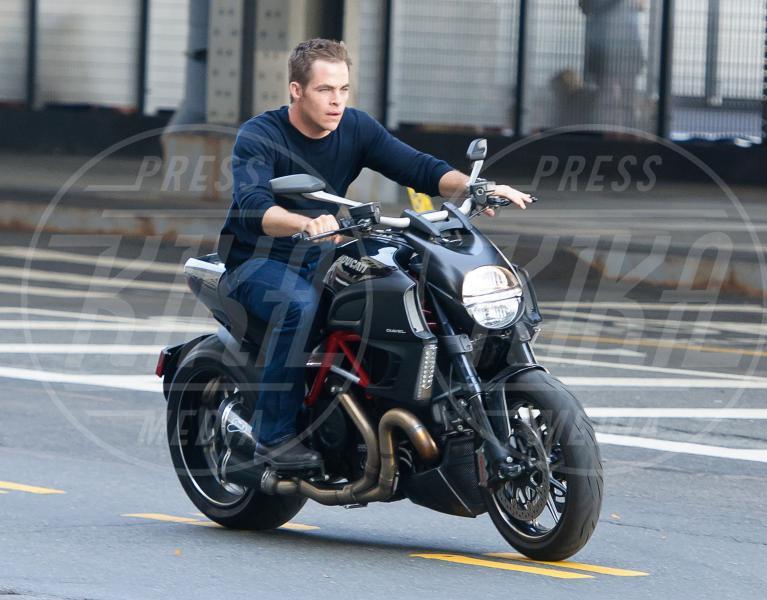 Chirs Pine - New York - 02-09-2012 - Primavera, tempo di sole, caldo e motociclette