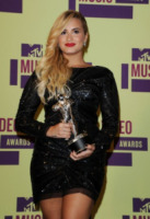 Demi Lovato - Los Angeles - 06-09-2012 - Demi Lovato sostiene la giornalista criticata per la sua obesità