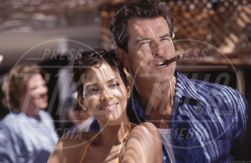 Halle Berry, Pierce Brosnan - Le donne di James Bond compiono 50 anni