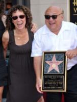 Rhea Perlman, Danny DeVito - Hollywood - 19-08-2011 - Il cast di It's Always Sunny in Philadelphia vicino a DeVito