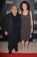 Rhea Perlman, Danny DeVito - Santa Barbara - 13-10-2011 - Il cast di It's Always Sunny in Philadelphia vicino a DeVito