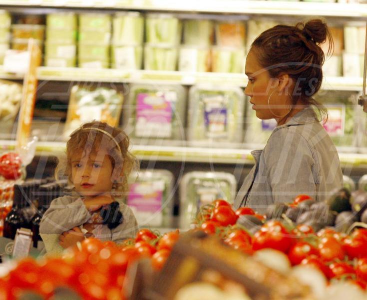 Honor Warren, Jessica Alba - Beverly Hills - 28-05-2011 - Locale e di stagione: la frutta e la verdura preferita dai VIP!