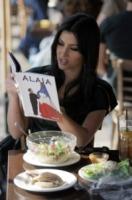Khloe Kardashian, Kourtney Kardashian, Kim Kardashian - Los Angeles - 19-10-2012 - Leggere, che passione! Anche le star lo fanno!