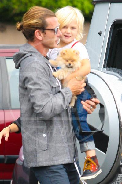 Zuma Rossdale, Gavin Rossdale - Hollywood - 20-10-2012 - Amore, ma quando scendi dalle braccia di mamma?