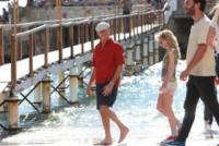 Imogen Poots, Pierce Brosnan - 22-10-2012 - Pierce Brosnan gioca tra le onde insieme a Toni Collette e Aaron Paul