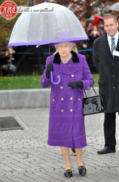 Regina Elisabetta II - Londra - 25-10-2012 - La primavera non arriva. E tu, di che ombrello sei?