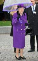 Regina Elisabetta II - Londra - 25-10-2012 - L'inverno è più romantico con il cappotto rosa!