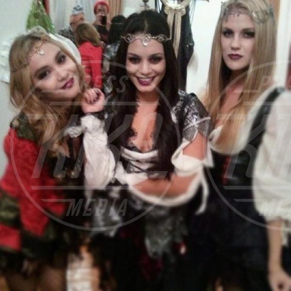 Laura New, Stella Hudgens, Vanessa Hudgens - Los Angeles - 28-10-2012 - A Hollywood, la celebrità è in maschera a Halloween