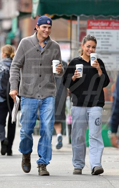 Mila Kunis, Ashton Kutcher - New York - 08-10-2012 - Ashton Kutcher pronto a sposare Mila Kunis