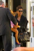 Nahla Ariela Aubry, Halle Berry - Los Angeles - 23-11-2012 - Halle Berry blinda l'uscita con Nahla