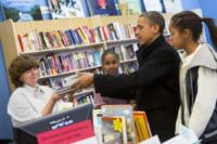 Sasha Obama, Malia Obama, Barack Obama - Arlington - 24-11-2012 - Barack Obama sostiene le piccole imprese con le figlie