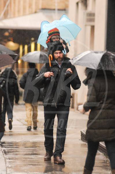 Samuel Schreiber, Liev Schreiber - New York - 27-11-2012 - La primavera non arriva. E tu, di che ombrello sei?