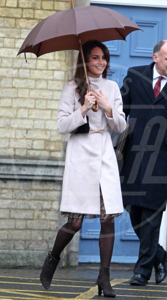 Kate Middleton - Cambridge - 28-11-2012 - La primavera non arriva. E tu, di che ombrello sei?
