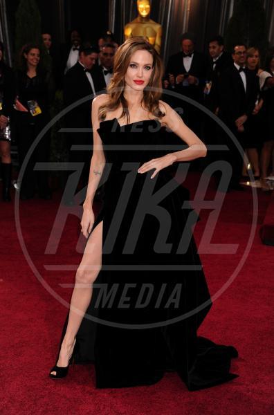 Angelina Jolie - Hollywood - 26-02-2012 - A ogni star il suo colore: nero per Angelina, rosa per Paris