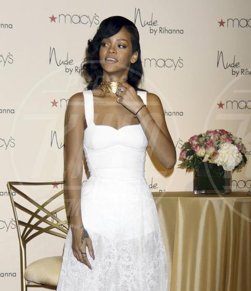 Rihanna - Los Angeles - 01-12-2012 - Profumo di star: Katy Perry comanda la fila