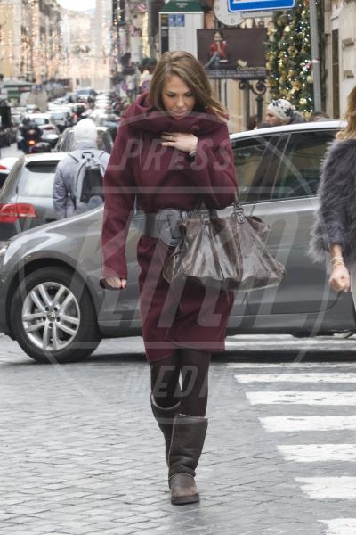 Ilary Blasi - Roma - 13-12-2012 - Sarà un inverno caldo… con un cappotto rosso!