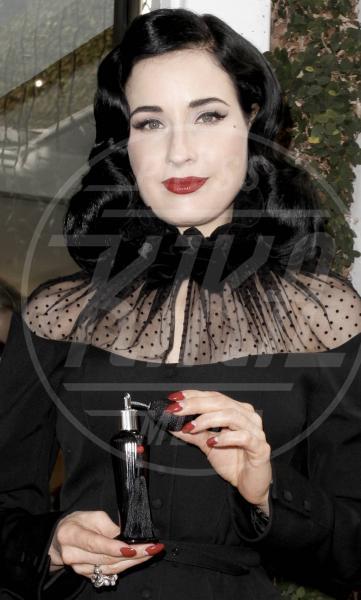 Dita Von Teese - Los Angeles - 15-12-2012 - Profumo di star: Katy Perry comanda la fila