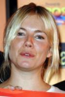 Sienna Miller - 28-07-2011 - Star come noi: non c'è trucco e non c'è inganno