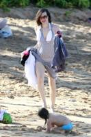 Milla Jovovich - Maui - 01-01-2013 - Shorts, maxidress o pareo: e tu cosa indossi in spiaggia?