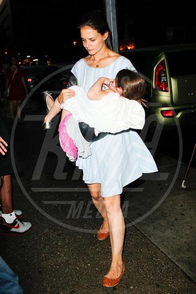 Suri Cruise, Katie Holmes - New York - 21-06-2012 - Amore, ma quando scendi dalle braccia di mamma?