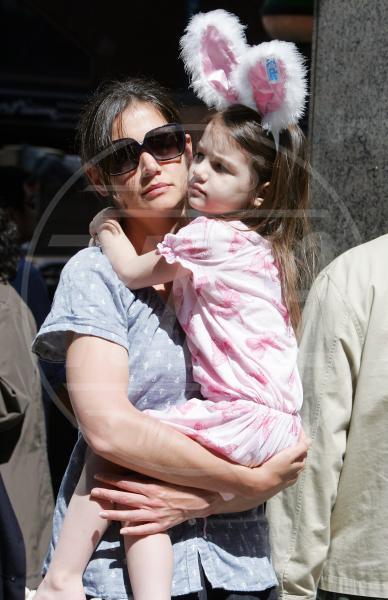 Suri Cruise, Katie Holmes - New York - 10-04-2010 - Amore, ma quando scendi dalle braccia di mamma?