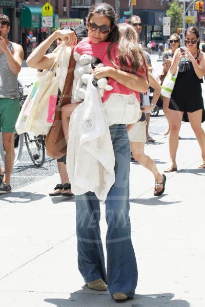 Suri Cruise, Katie Holmes - New York - 08-07-2012 - Amore, ma quando scendi dalle braccia di mamma?