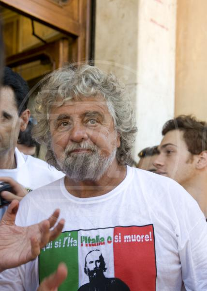 Beppe Grillo - Roma - 19-12-2009 - Dillo con una t-shirt: Taylor Swift vuole una vita bohémienne