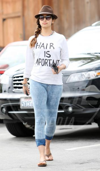 Camila Alves - Beverly Hills - 09-04-2010 - Dillo con una t-shirt: Taylor Swift vuole una vita bohémienne
